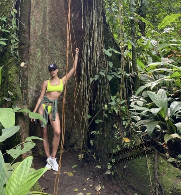 Неон, леопард или зебра? Ирина Шейк и ее коллекция сексуальных бикини на побережье Коста-Рики (фото 2)