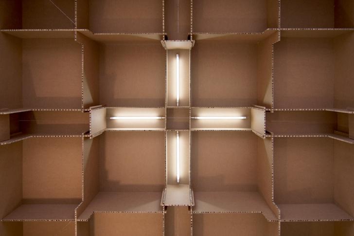 Офис собран из 1500 листов гофрокартона, соединенных между собой по принципу конструктора. Все освещение — встроенное.