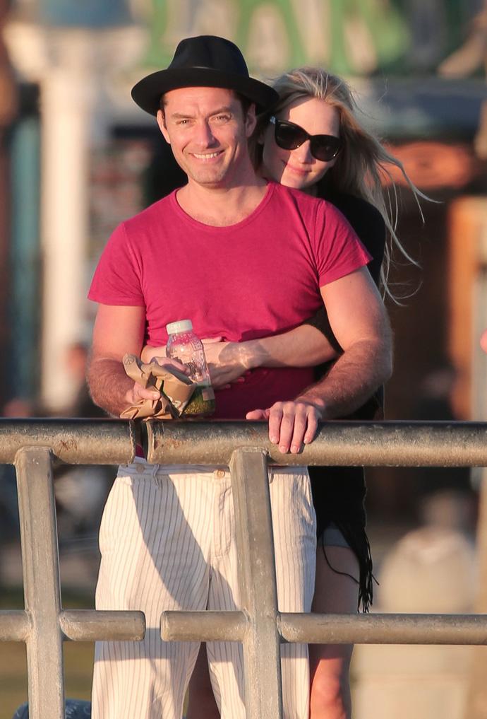 Фото дня: Джуд Лоу на прогулке с возлюбленной
