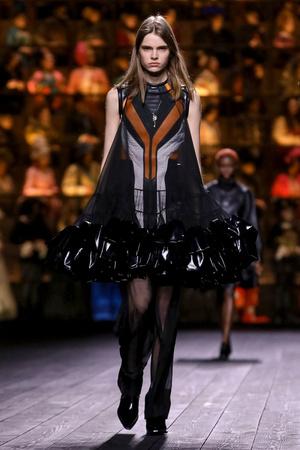 Как носить пуховик с вечерним платьем? Ответ найдете на показе Louis Vuitton (фото 1.1)