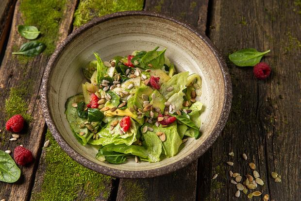Рецепт дня: салат с авокадо, манго и фисташками (фото 1)