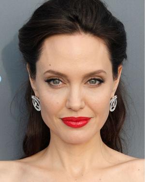 Snow queen: Анджелина Джоли на Critics' Choice Awards (фото 4)