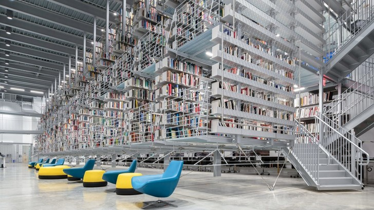 Библиотека с подвесными стеллажами Корнелльском университете (фото 0)