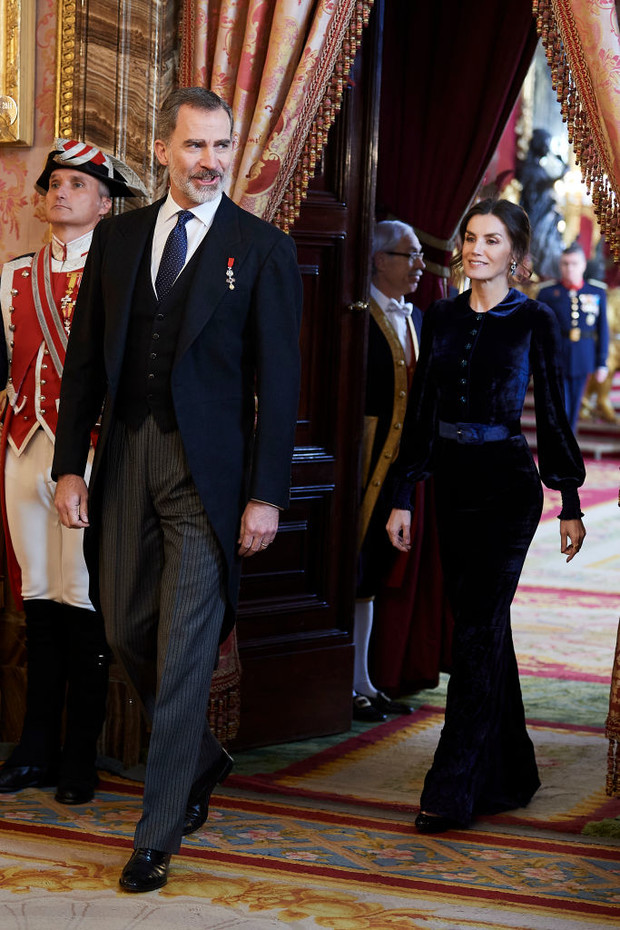 Самое величественное зимнее платье королевы возвращается: Летиция в синем бархате (фото 1)
