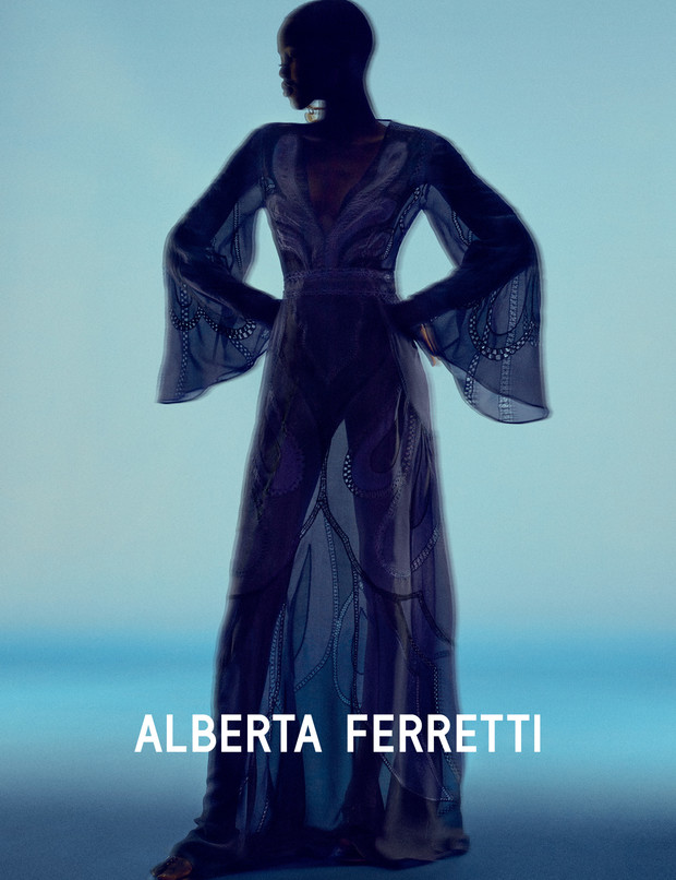Главная супермодель 2019 года в рекламной кампании Alberta Ferretti (фото 5)
