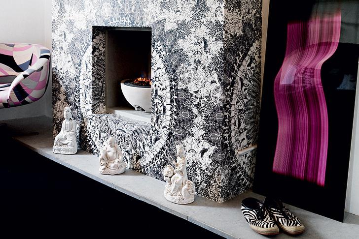 Каминный портал в спальне оклеен обоями от дизайн-студии Rodnik. Гипсовые статуэтки Будды, Tann Rokka.