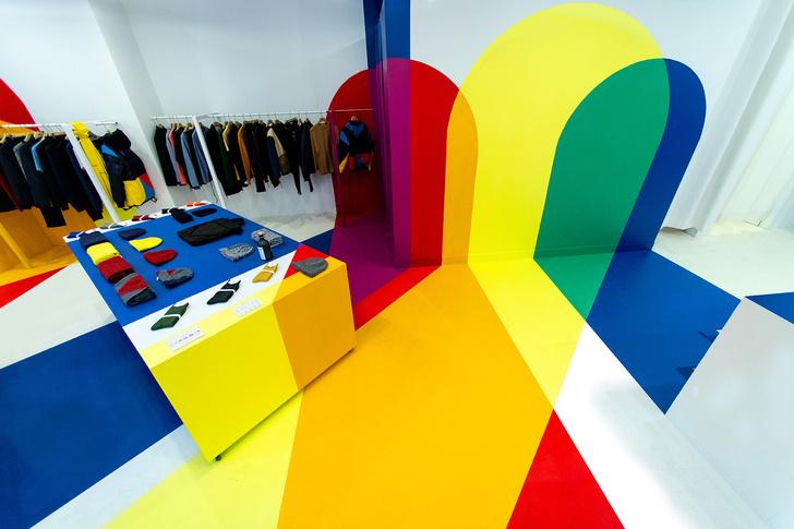 Яркий бутик мужской одежды в Париже (фото 0)