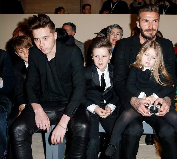 Дэвид Бекхэм с детьми на показе Victoria Beckham