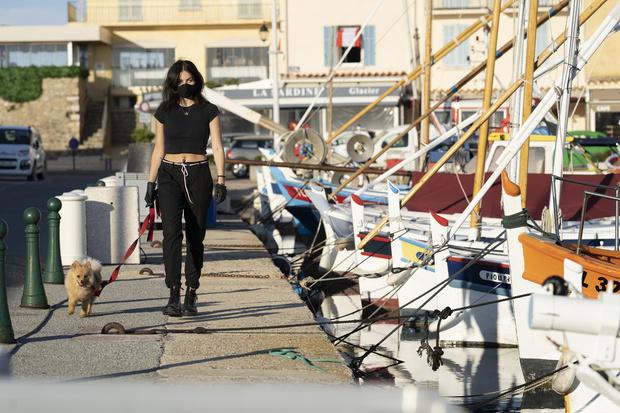Застрявшая на Лазурном берегу: Тилан Блондо на фоне открыточных видов Сен-Тропе (фото 4)