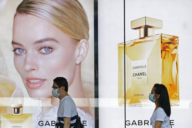 Chanel начинает шить защитные маски и халаты (фото 1)