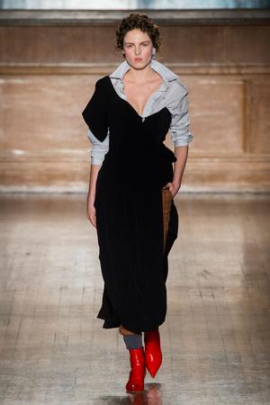 Показы мод Vivienne Westwood Осень-зима 2016-2017 | Подиум на ELLE - Подиум - фото 4516