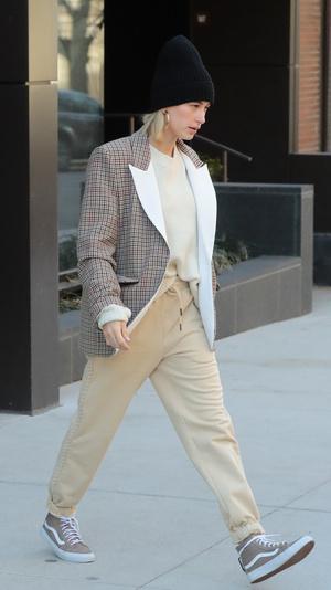 Хейли Болдуин встречает весну в клетчатом блейзере и спортивных брюках (фото 1.1)