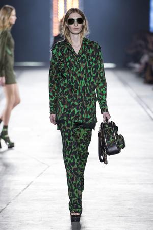 Показ Versace коллекции сезона Весна-лето  2016 года prêt-à-porter - www.elle.ru - Подиум - фото 599914