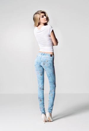 Guess запускает в продажу джинсы с push-up эффектом