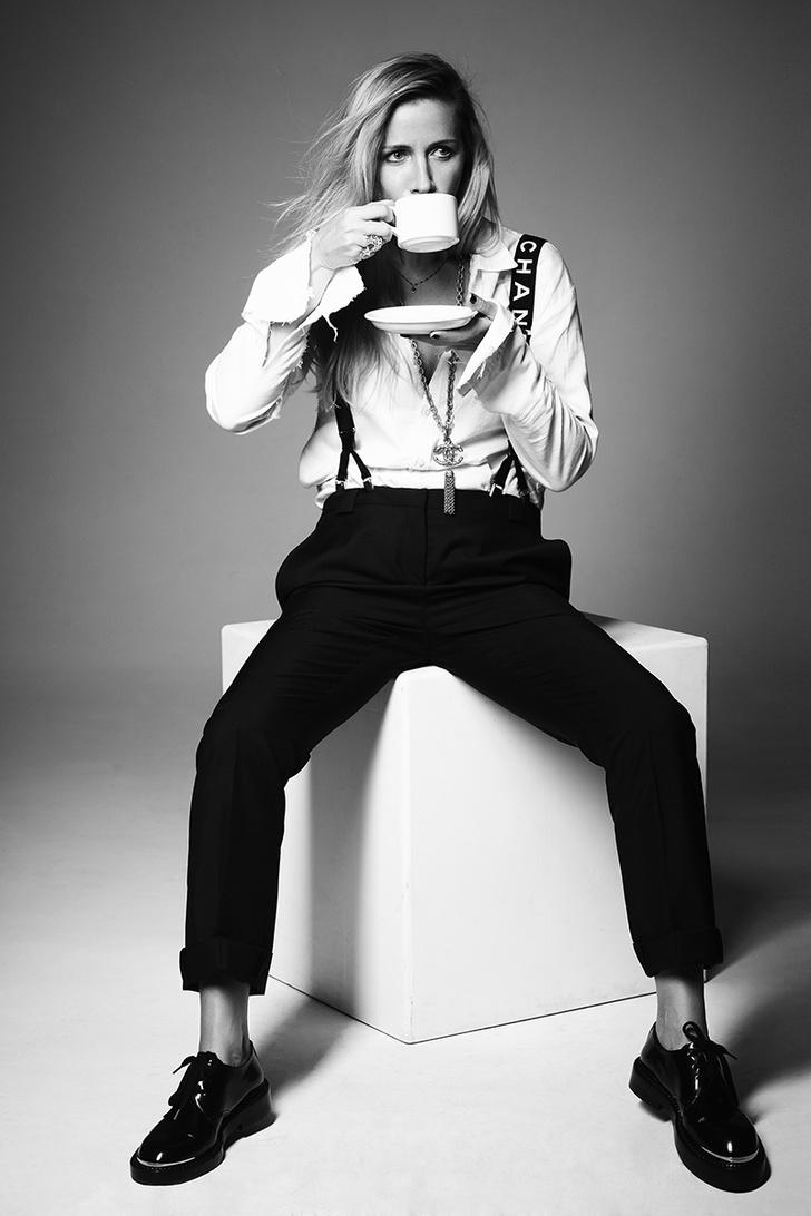 Рубашка, Elena Dawson; брюки, Acne Studios; подтяжки, колье, все — Chanel; ботинки Marni