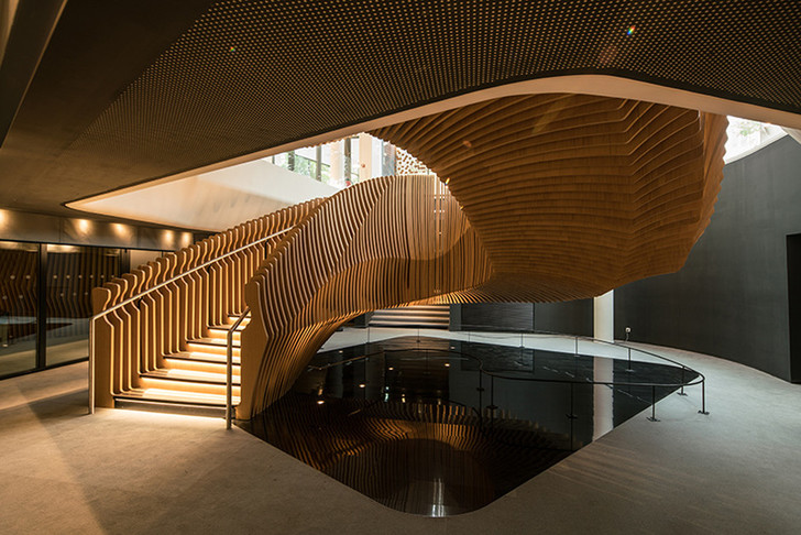 Лестница в новом офисе LVMH в Париже, спроектированная Ора-Ито