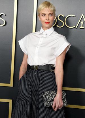 Как всегда безупречна: Шарлиз Терон в черно-белой классике на ланче номинантов премии «Оскар» (фото 1.2)