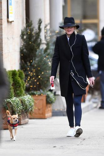 Шпионские игры: Дженнифер Лоуренс в шляпе и без макияжа на прогулке с собакой (фото 2)