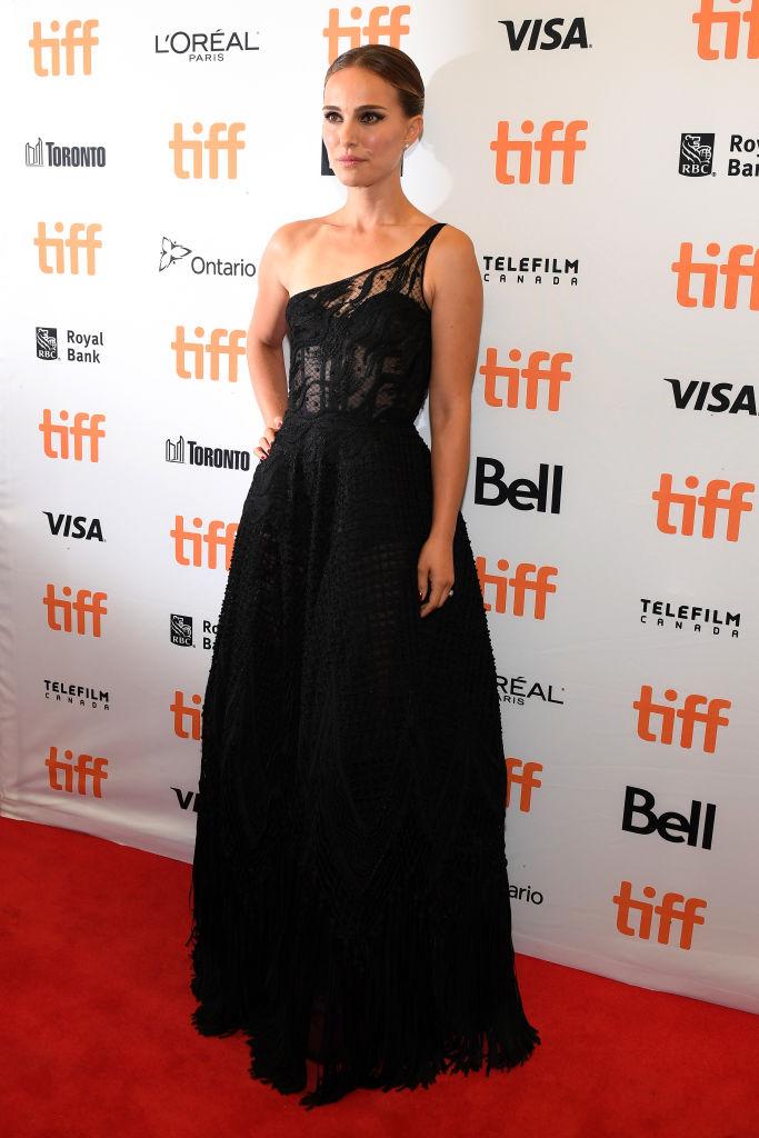Черный лебедь вернулся: Натали Портман в сексуальном прозрачном кружеве на TIFF (фото 2)