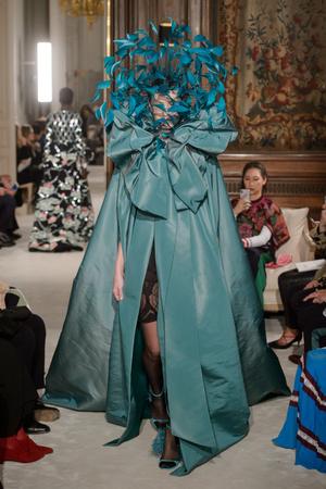 Показ Valentino коллекции сезона Весна-лето 2018 года haute couture - www.elle.ru - Подиум - фото 675951