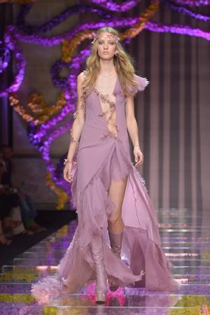 Показ Atelier Versace коллекции сезона Осень-зима 2015-2016 года Haute couture - www.elle.ru - Подиум - фото 596782
