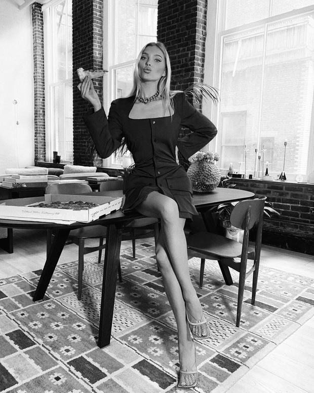 Планы на вечер: Эльза Хоск заказала пиццу в платье Bottega Veneta (фото 1)