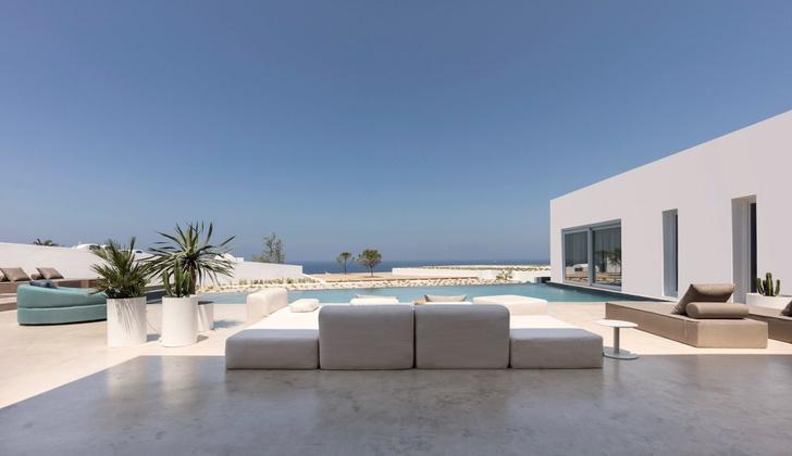 Белоснежная вилла на Санторини от Kapsimalis Architects (фото 21)