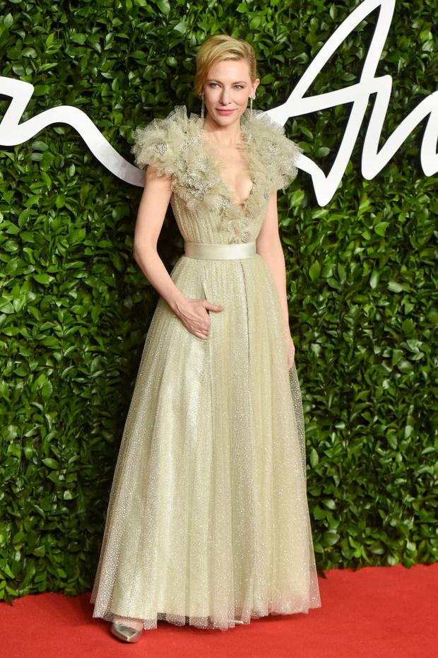 Блеск пайеток и прозрачные ткани: самые красивые платья церемонии Fashion Awards 2019 (фото 24)