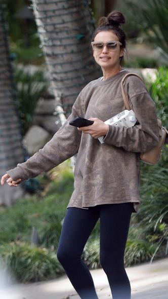 У модели выходной: Ирина Шейк без макияжа и с небрежным пучком