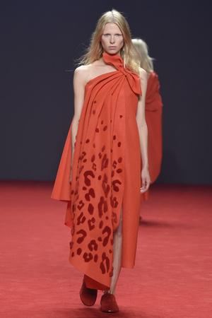 Показ Viktor & Rolf коллекции сезона Осень-зима 2014-2015 года Haute couture - www.elle.ru - Подиум - фото 585190