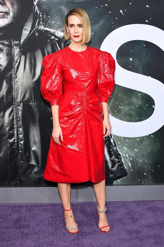 Образ дня: Сара Полсон в красном платье Calvin Klein 205W39NYC на премьере (фото 1.1)