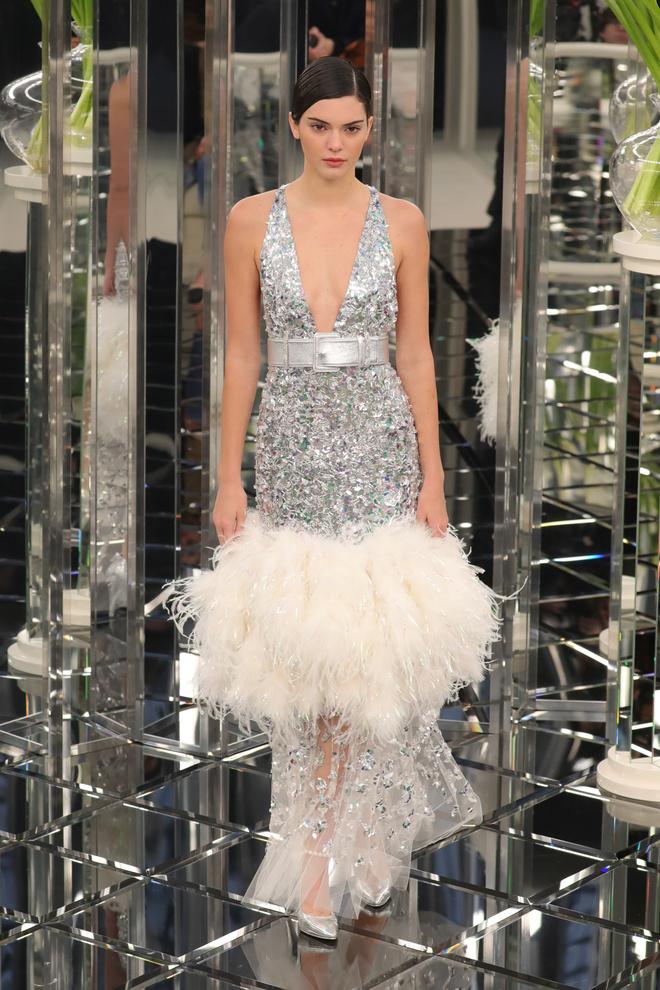 10 знаковых платьев Chanel, созданных Карлом Лагерфельдом (фото 16)
