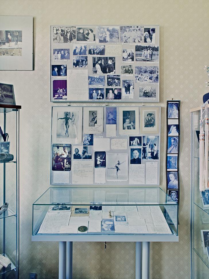 В бывшей спальне Татьяны Агафоновой хранится архив Г.С. Улановой: фотографии с репетиций и выступлений, афиши спектаклей и более 4000 писем.