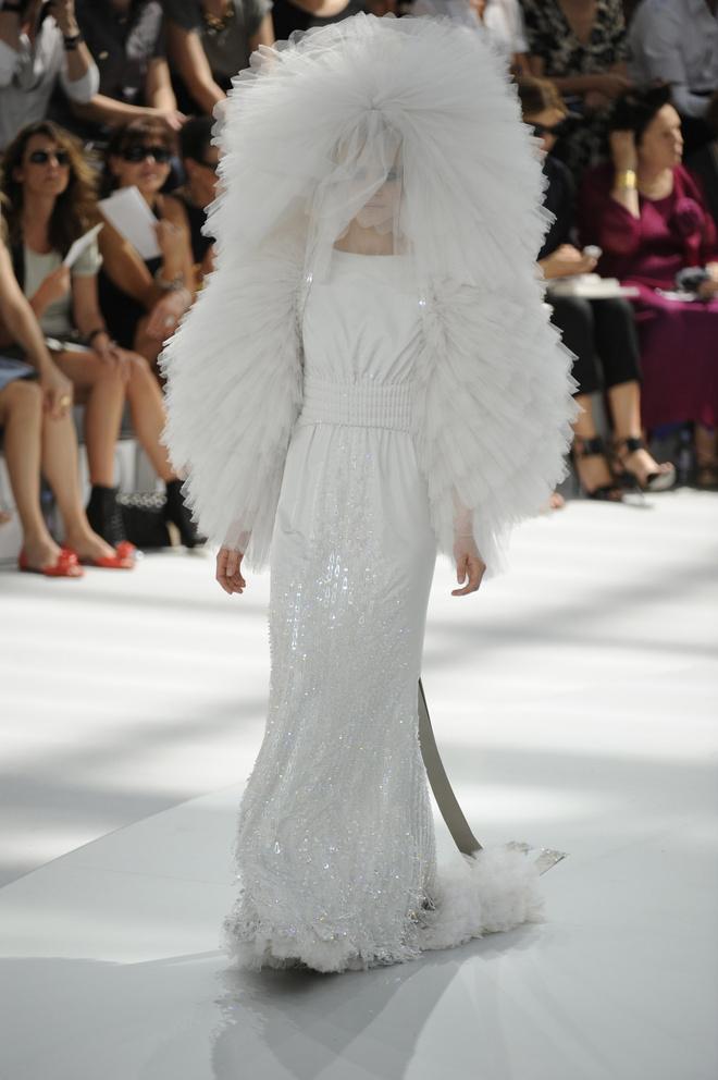 10 знаковых платьев Chanel, созданных Карлом Лагерфельдом (фото 10)