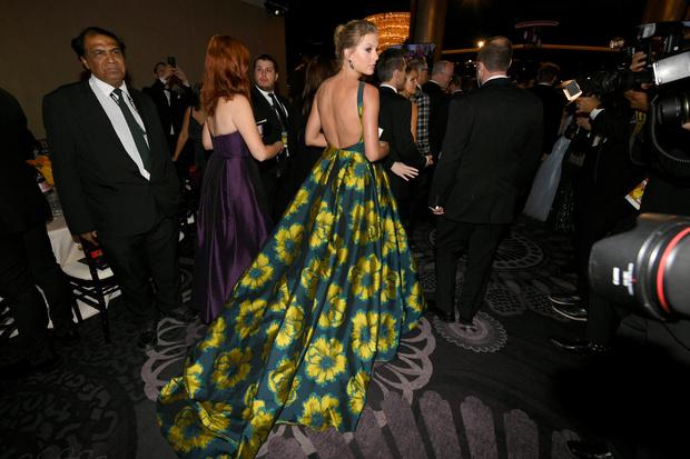 Повторяя триумф Леди Гаги: Тейлор Свифт в платье Etro с двухметровым шлейфом (фото 2)