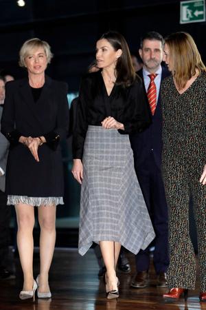 Офисный стиль: королева Летиция в блузке Sandro и юбке Massimo Dutti (фото 0.1)