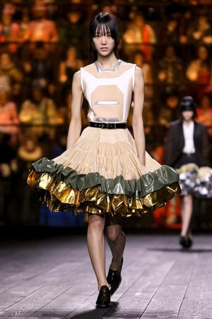 Как носить пуховик с вечерним платьем? Ответ найдете на показе Louis Vuitton (фото 3.1)