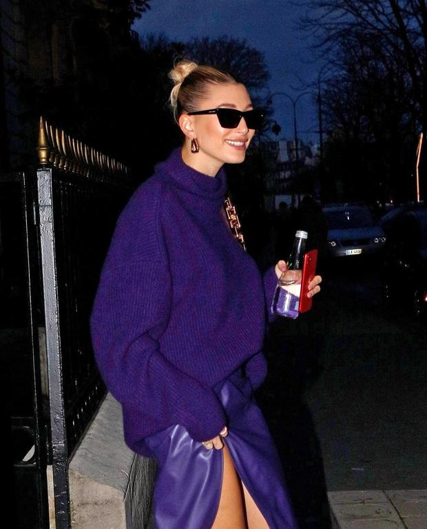 Богемный Париж: Хейли Бибер показывает, как сочетать вязаный свитер и кожаную юбку, чтобы выглядеть элегантно (фото 2)