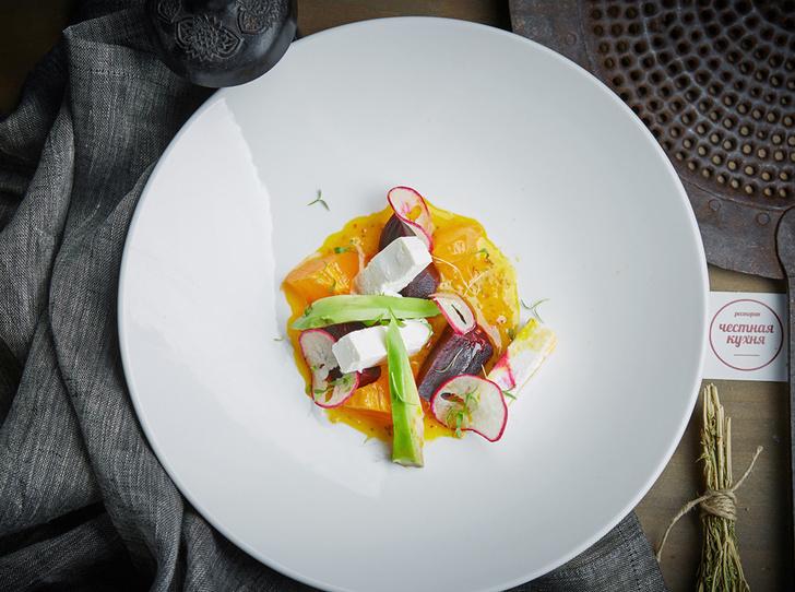 Салат из овечьего сыра с черешней, молодой свеклой и авокадо в имбирно-манговой заправке