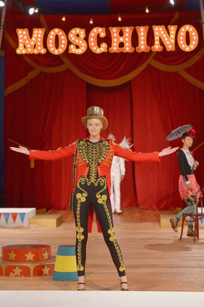 Прекратите этот цирк: новая коллекция Moschino Resort (галерея 1, фото 0)