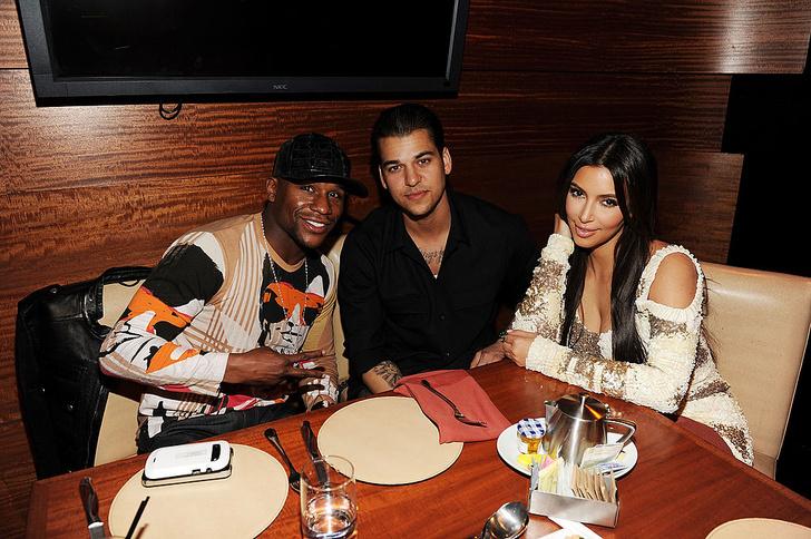 Роб Кардашьян (в центре) с сестрой Ким и боксером Флойдом Мэйвезером