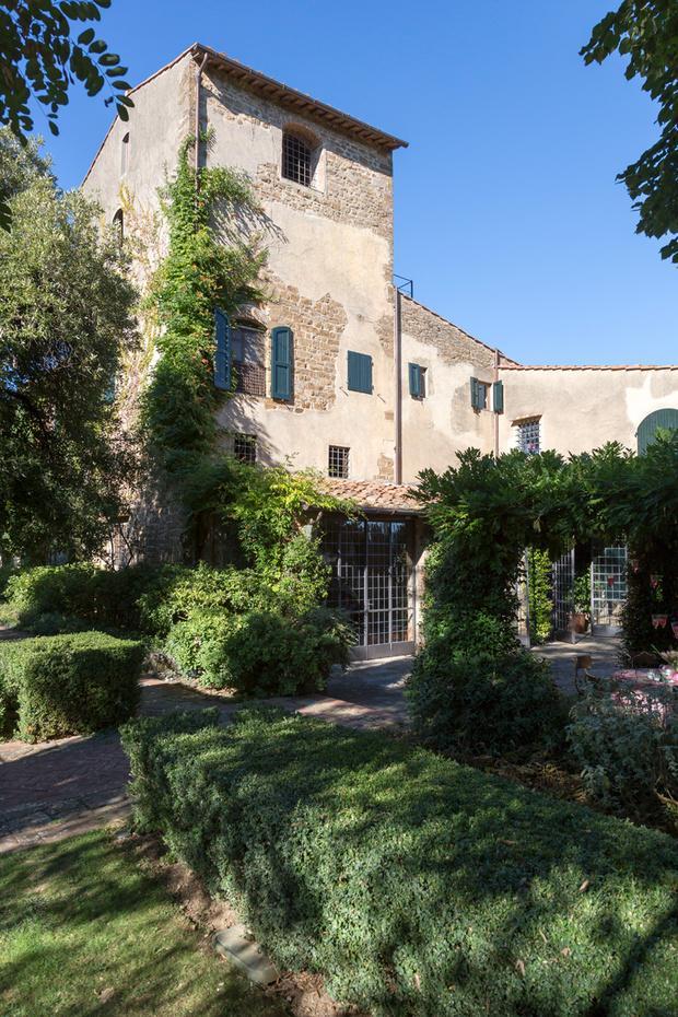 Фасад дома. Здание — бывший фермерский дом, пристроенный к смот-ровой башне XV века.