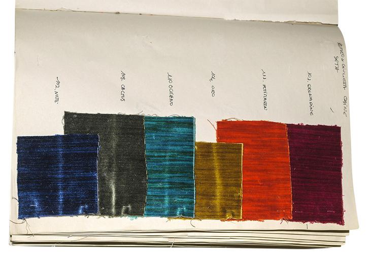 Образцы бархата Romeo & Giulietta. Палитра включает 11 цветов. На фото: оттенки Grenadine, Potimarron, Oro, Ocean, Cactus, Notte.