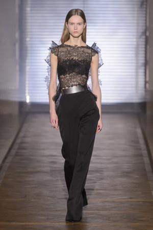 Показ Givenchy коллекции сезона Весна-лето 2018 года Haute couture - www.elle.ru - Подиум - фото 674631