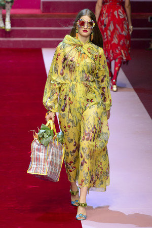 Показ Dolce & Gabbana коллекции сезона Весна-лето 2018 года Prêt-à-porter - www.elle.ru - Подиум - фото 640641
