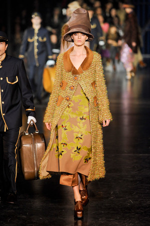 Показ Louis Vuitton коллекции сезона Осень-зима 2012-2013 года Prêt-à-porter - www.elle.ru - Подиум - фото 387456