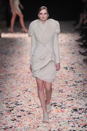 Показ Givenchy коллекции сезона Весна-лето 2009 года Haute couture - www.elle.ru - Подиум - фото 86837