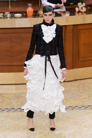 Показ Chanel коллекции сезона Осень-зима 2015-2016 года Prêt-à-porter - www.elle.ru - Подиум - фото 595885