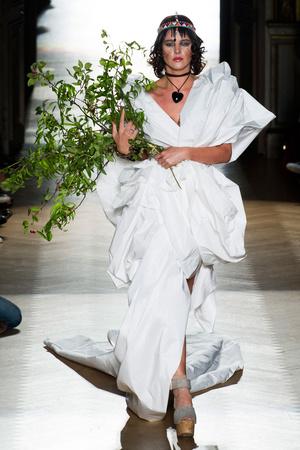 Показ Vivienne Westwood коллекции сезона Весна-лето 2015 года Prêt-à-porter - www.elle.ru - Подиум - фото 591107