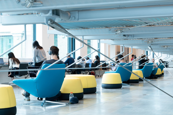 Библиотека с подвесными стеллажами Корнелльском университете (фото 3)